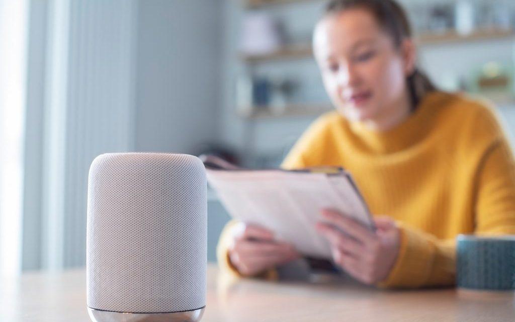 Como um assistente de voz pode melhorar sua experiência em casa